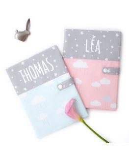 Protège carnet de santé Happy Cloud (étoiles et nuages) gris, bleu ou rose
