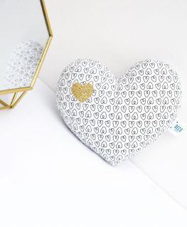 Mini coussin coeur Oriane (blanc avec petits coeurs noirs, agrémenté d'un coeur doré pailleté)