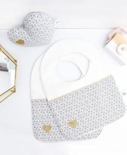 Mini coussin et bavoirs Oriane (blanc avec petits coeurs noirs, agrémenté d'un coeur doré pailleté)