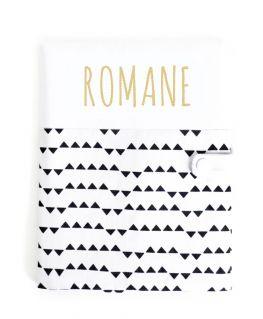 Protège carnet de santé Imagine personnalisable (blanc à petits triangles noirs et prénom en doré pailleté)