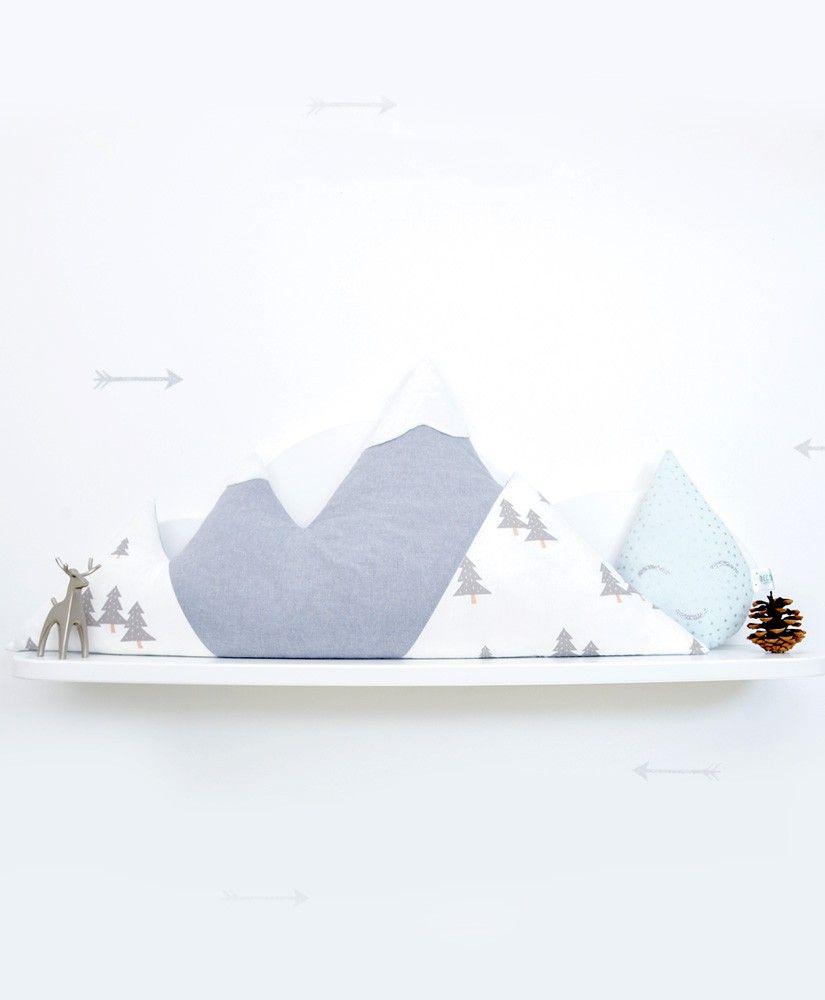 Coussin Cosy Mountain (en forme de montagne, sommets enneigés en minkee) personnalisable