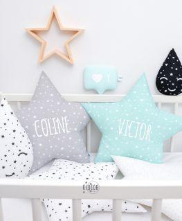 Coussins en forme d'étoile gris et vert mint à étoiles blanches personnalisés COLINE et VICTOR en blanc pailleté