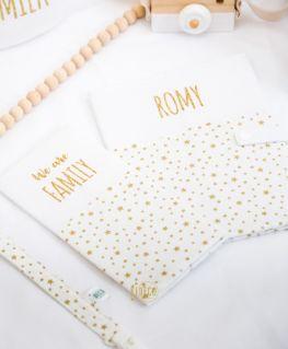 Protège carnet de santé Rêve étoilé doré personnalisé ROMY (blanc à petites étoiles dorées et prénom en doré pailleté)