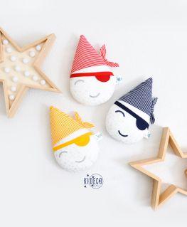 Doudou Mini Goutte Pirate (blanc à étoiles argentées légèrement métallisées et rayures type marinière) rouge, bleu et jaune