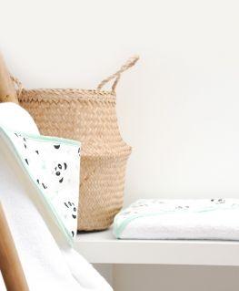 Cape de bain Un, deux, trois, PANDA! (pandas noirs et gris, noeuds pastels et triangles noirs) éponge 100% coton