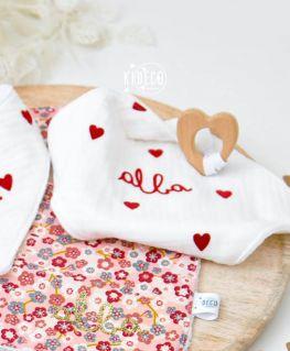 Doudou de Maria Droit au coeur en triple gaze de coton et petits coeurs rouges velours et anneau de dentition coeur non traité