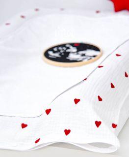 Housse de matelas à langer Droit au Coeur en triple gaze de coton et petits coeurs rouges velours et serviette en bambou