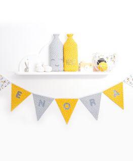 Guirlande de fanions My Sweet Oslo moutarde personnalisée ENORA (fleurs, jaune moutarde, gris) et bouteilles de lait