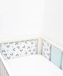Tour de lit Un, deux, trois, PANDA ! (pandas noirs et gris, noeuds pastels et triangles noirs)