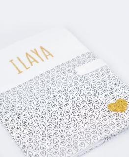 Protège carnet de santé Oriane personnalisable ILAYA (blanc à petits coeurs noirs et prénom en doré pailleté)