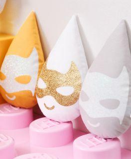 Coussin Super Minis (en forme de goutte d'eau et au masque de super héros minibat et minicat) jaune, blanc, gris perle