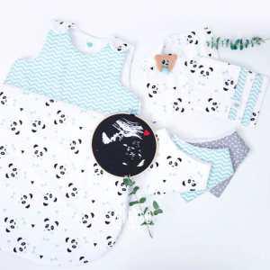 """[Un, Deux, Trois, PANDA!] 💚 . Cette collection que j'aime toujours autant confectionner pour vos bébés! . Belle journée! . ◾️Gigoteuse """"Un, deux, trois, Panda!"""" mint taille 0-6 mois mois personnalisable ◾️ Lot de 5 lingettes Un, deux, trois, Panda! mint ◾️ Bavoirs bandanas Un, deux, trois, Panda! mint personnalisable ◾️ Doudou de Maria Un, deux, trois Panda! mint ◾️Tambour cadre décoratif échographie de grossesse Coeur rouge ❤️ . Infos & tarifs sur l'e-shop www.kideco.fr (lien dans la bio) . #kideco_creations #babyshop #decobebe #chambrebebe #babyroom #chambreenfant #kidsroom #decoenfant #decoration #bavoir #doudou #gigoteuse #sleepingbag #turbulette #panda #echographie #grossesse #enceinte #bébé #mumtobe #futuremaman #dadtobe #futurpapa #cadeaudenaissance #estyfr #faitmain #handmade #madeinfrance"""