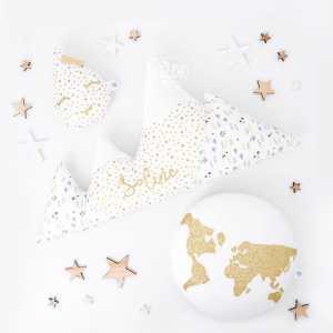 [YOU ARE GOLD]✨ . La sublime commande tout en délicatesse avec ce doré métallisé que j'aurais pu garder pour moi... dommage je ne m'appelle pas Soline 😅 . ◾️Mini Mamzelle gouttelette blanc et étoiles dorées ❌ modèle déposé INPI ❌ ◾️Coussin Cosy Mountain Taïga sur mesure personnalisé Soline ◾️Coussin WORLD or et blanc . Infos & tarifs sur l'e-shop www.kideco.fr (lien dans la bio) . Belle soirée! . #kideco_creations #babyshop #nurserydecor #decobebe #chambrebebe #chambreenfant #babyroom #kidsroom #decoration #coussin #doudou #cushion #moutagne #mappemonde #world #goutte #or #mumtobe #futuremaman #dadtobe #futurpapa #cadeaunaissance #etsyfr #etsysellers #faitmain #handmade #madeinfrance